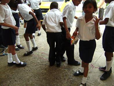 Hier sieht man die Kinder mit den entsprechenden Schuhen beim Gummihüpfen