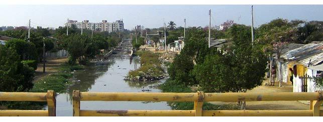 Gegensätze in Cartagena: Armenviertel und im Hintergrund hochmoderne Skyline