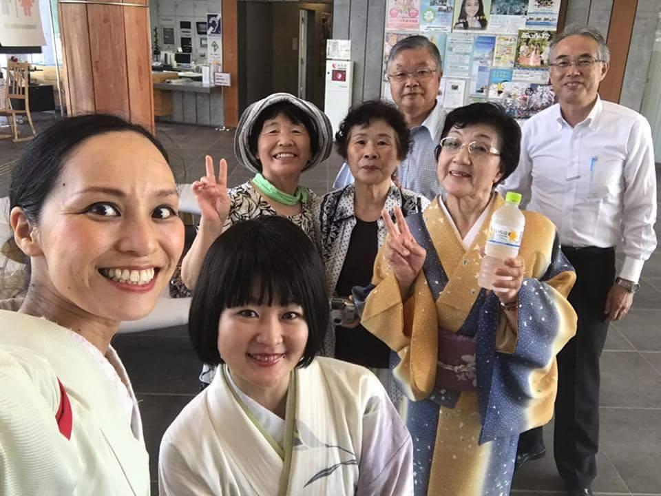 7/30 陸前高田コミュニティホールにて。昨年も陸前高田でお会いした踊りの先生、演芸会に参加されていた「ばっぱダンサーズ」の方、いつも響喜のツアーを支えてくださるお二人と。