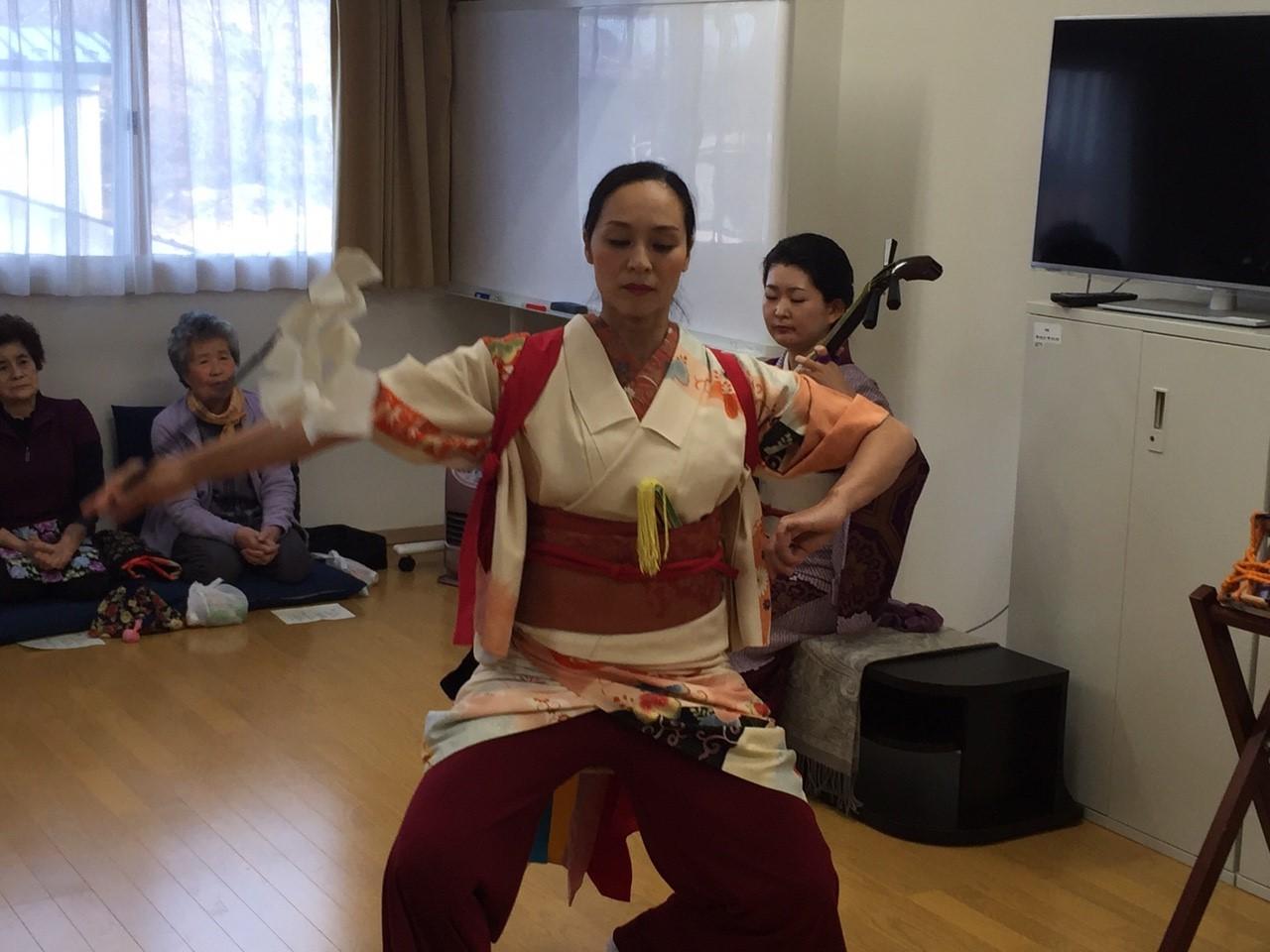 今回、踊り子ゆっこの希望で新たにアレンジした演目。ゆっこが学生時代に地元に通って習った岩手の「中野七頭舞」をベースにアレンジしました。