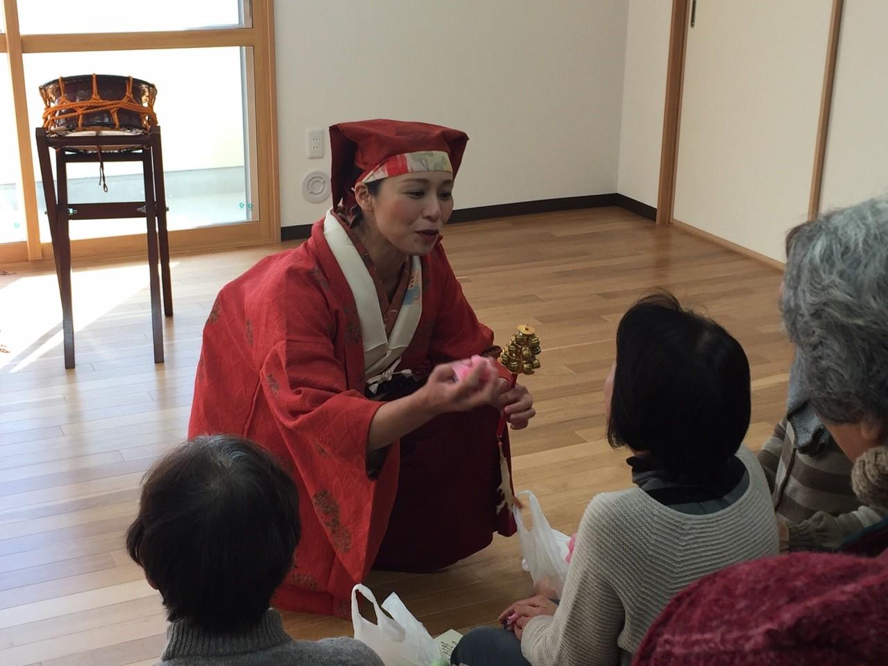 秋田大黒舞。みなさんにお菓子を配っています。