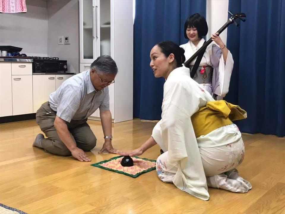 7/30 陸前高田の公営住宅にて。遠野山里ネットの菊池さんに「こんぴらふねふね」実演にご協力いただきました。