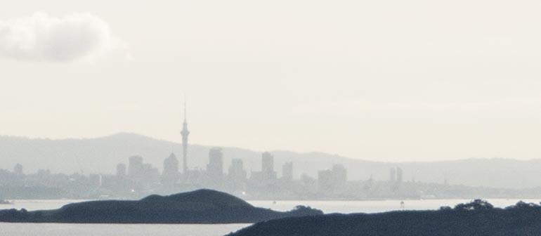 Die Umrisse von Auckland in der Ferne