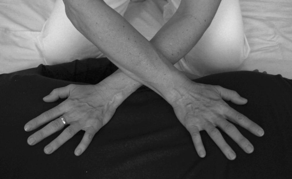 Dehnung des Rückens von Gundi Schachl im Rahmen einer Shiatsu-Massage.