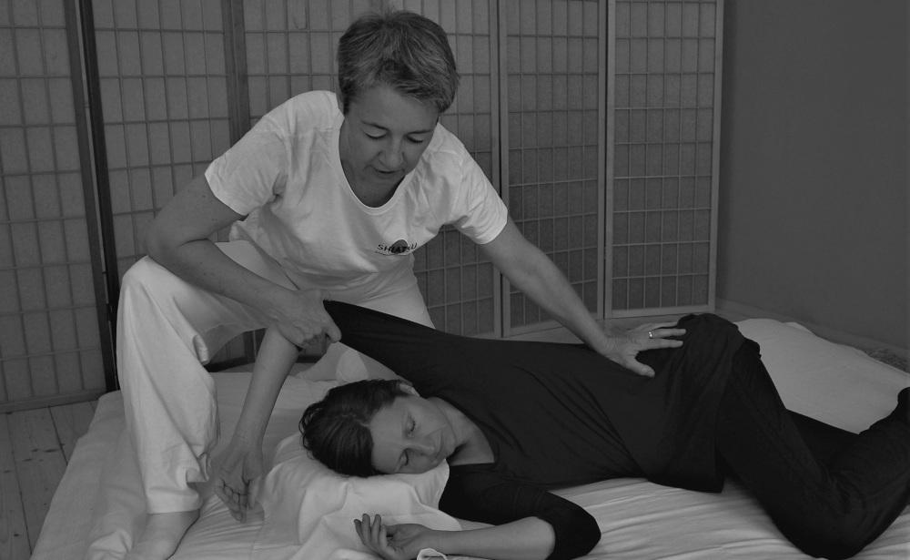 Gundi Schachl bei einer Behandlung in ihrer Praxis in 1040 Wien.