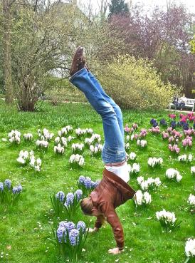 Annelie übt Handstand im Botanischen Garten in Gütersloh, 01.05.2013.