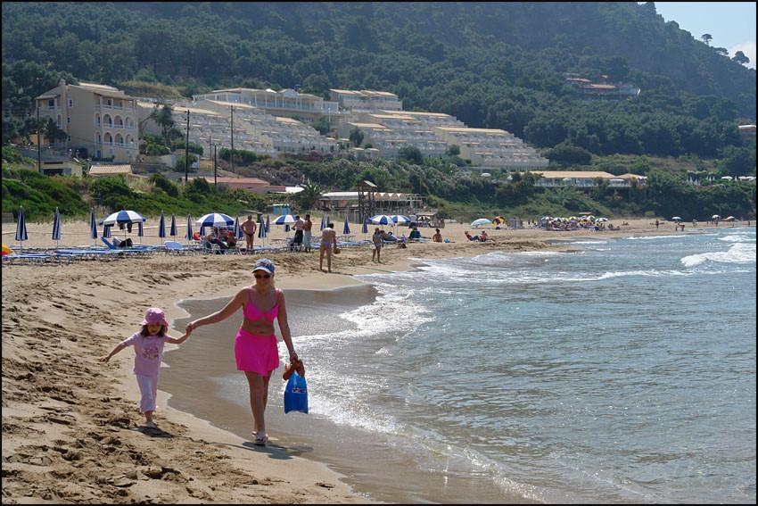 der erste Gang zum Strand (im Hintergrund unser Hotel)
