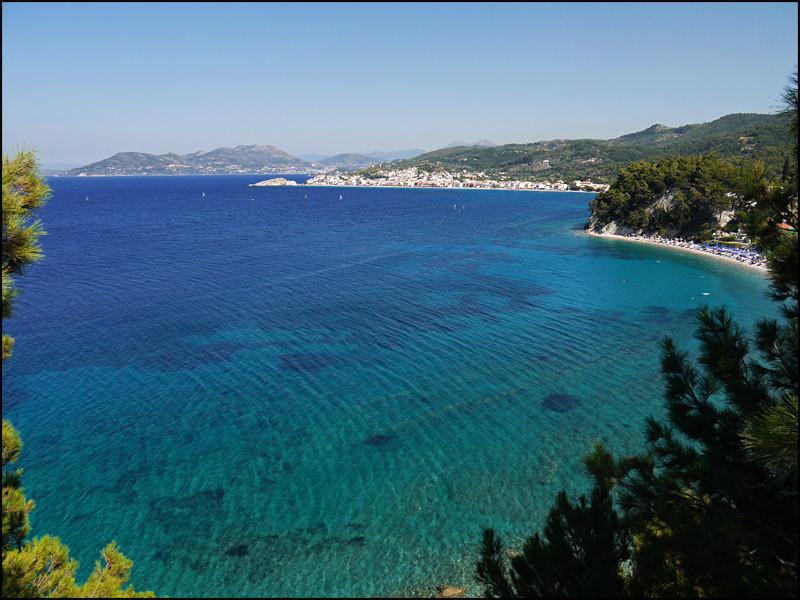 Blick auf 'Kokkari' und im Hintergrund 'Samos Stadt'