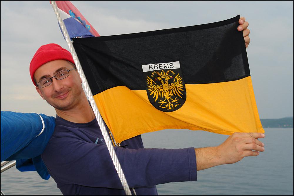 unser Skipper mit der 'Kremser Fahne'