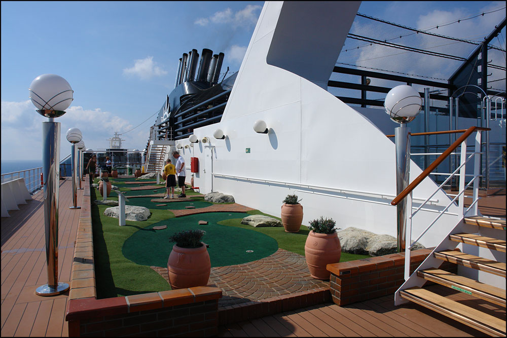 unser Schiff hat sogar einen Minigolfplatz sowie einen Tennisplatz