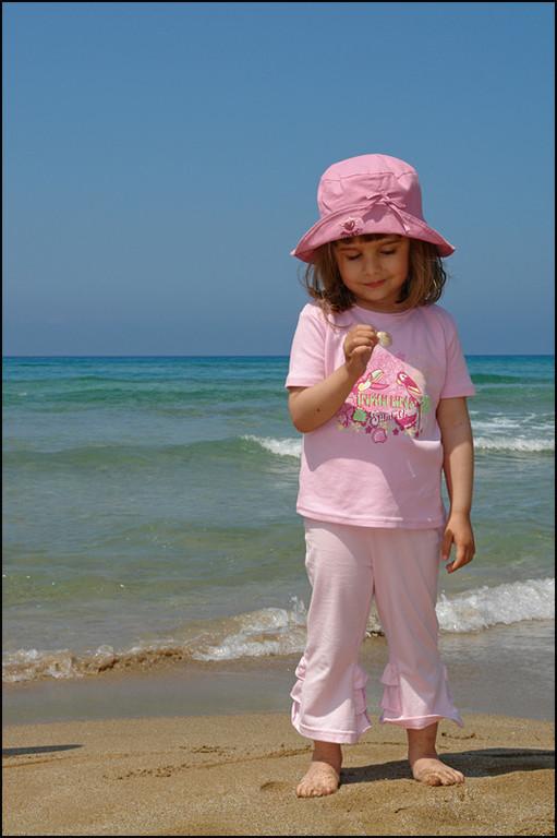 meine Tochter Jenny hatt eine Muschel gefunden