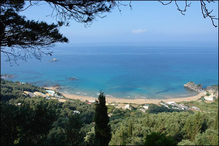 unser Strand-der 'PELEKAS BEACH', links unser Hotel