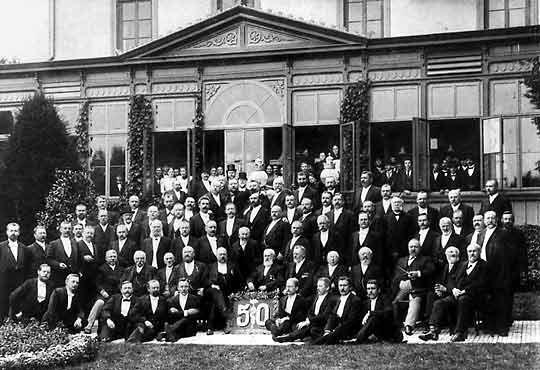 """Ehrung des Gütersloher Arztes zu dessen 50. Berufsjubiläums am 13. Mai 1900 im Garten der Gesellschaft """"Eintracht"""" in der Kirchstraße."""
