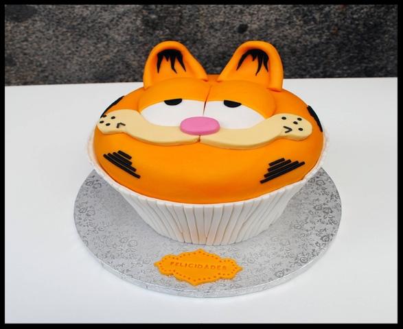 Tarta con forma de cupcake decorada con FONDANT