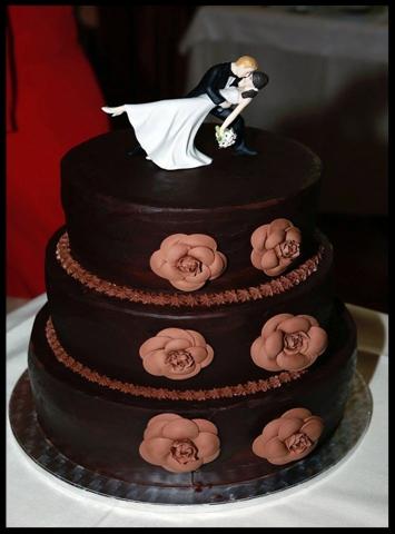 Tarta de boda con camelias de chocolate estilo Channel