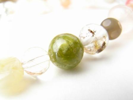 中央緑色の石、グロッシュラーライト