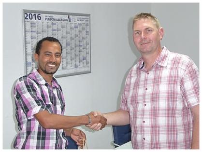 Herr Kühner übergibt dem Gewinner des BR Personal Gewinnspiels, Herrn Abdeldayem, sein Geschenk (Juni 2016)