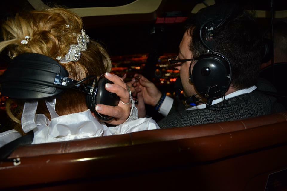 Hochzeitspaar heiratet über dem Las Vegas Strip im Helikopter