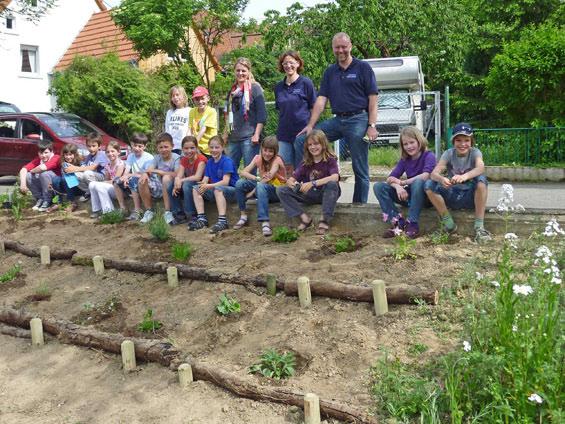 Nach getaner Arbeit ein Gruppenfoto der Helfer, die Kinder  der Schillerschule/Comenius AG mit Lehrerin Frau Längler, sowie A. Weinmann, M. Schmidt und M. Winterstein vom NABU Wiesloch