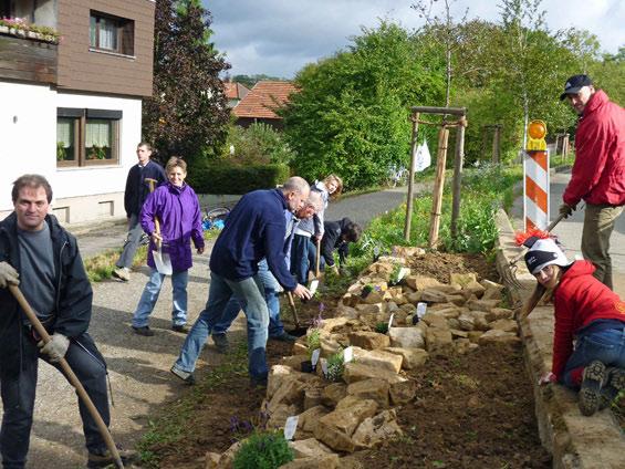 8. Oktober: die Mauer steht, das Pflanzen kann beginnen.