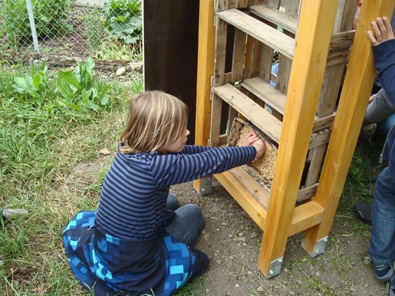 Die große Tonform kommt nun in eine der eingebauten Holzkisten.