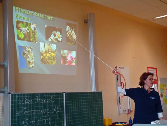 12. April 2011, Schiller-Schule, Comenius-Projekt: Anja Weinmann vom NABU Wiesloch erklärt den Kindern die Bedeutung der Wildbienen für die Pflanzen.