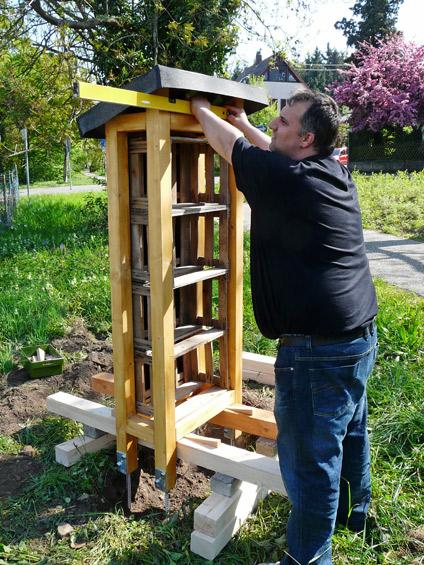 Nachdem der Hotelrohbau mit einem Rahmen (unten) ausnivelliert ist, kommt zur Überprüfung die Wasserwaage zum Einsatz.