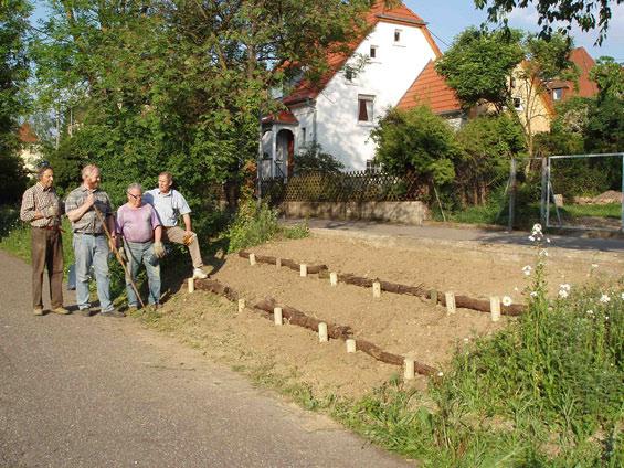 Die Helfer der Kolpingsfamilie vor der fertig erstellten Pflanzen-Terrasse
