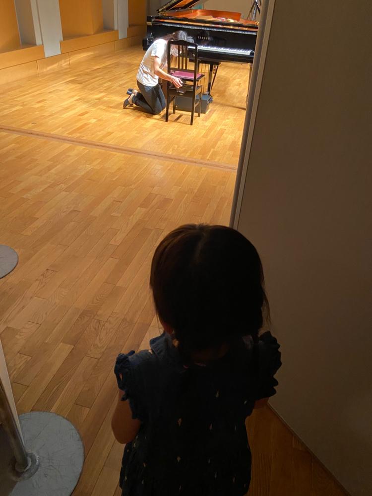 リハーサルの風景。椅子の高さを直す私とそれを待つ生徒さん♪