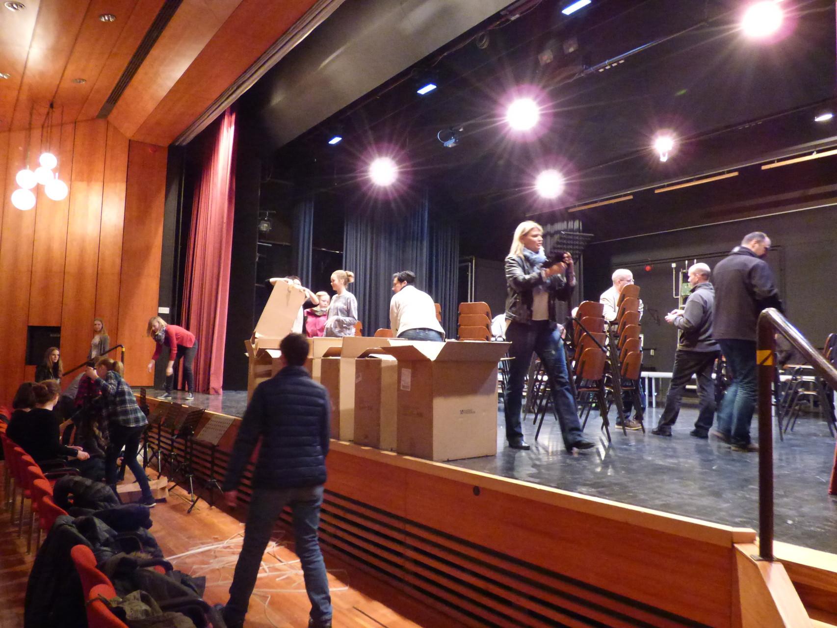 ...noch ist die Bühne im Theatersaal leer....
