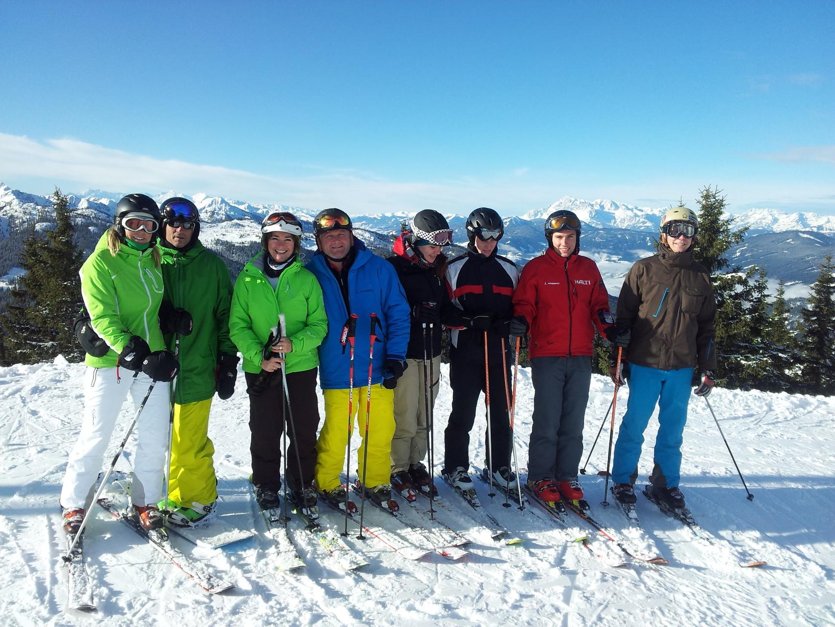 Skifahren und Snowboarden mit Freunden