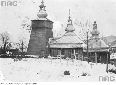 Maciejowa - drewniana cerkiew Opieki Bogarodzicy Widok ogólny cerkwi i fragmentu cmentarza zimą (lata 1918-1935)