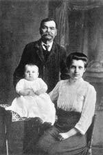 Matuszka Pelagia Sandowicz ze swym teściem, Tymoteuszem Sandowiczem i najmłodszym bratem św. Maksyma w 1912 roku, gdy duchowny czekał we Lwowie na proces