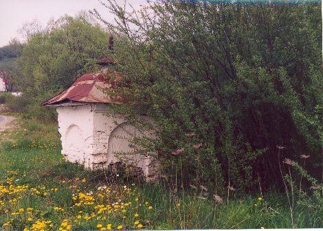 Kapliczka pańszczyźniana z 19 wieku w Bóbrce. Stan na 2001 rok. Po gruntownym remoncie straciła swój dawny charakter.
