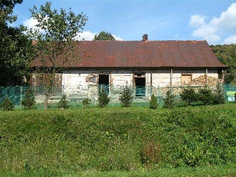 Tradycyjna zagroda jednobudynkowa. Budynek wykorzystywany współcześnie do celów gospodarczych, Zawadka. Stan na 2008 rok.