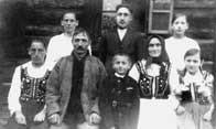 Anna i Wiktor Kuziakowie z dziećmi, rok 1936