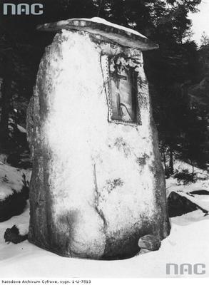 Wierchomla Wielka - kapliczka przydrożna wykonana z bloku piaskowca (lata 1918 - 1934)