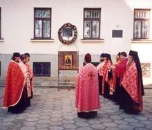 Modlitwa przy murze więzienia w Gorlicach, w miejscu, gdzie w 1914 roku rozstrzelano św. Maksyma