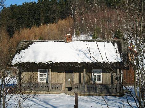 Stary dom o konstrukcji przysłupowej w Wojtkowej. Stan na 2008 rok.