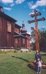 matuszka Seweryna z synem Kiprianem przed cerkwią w Morochowie