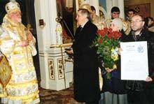 Przedstawiciele redakcji wręczyli władyce medal i dyplom nagrody im. Księcia Konstantego Ostrogskiego