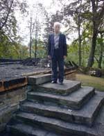 Stefan Harhaj na schodach, które prowadziły do świątyni