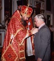 Arcybiskup Jeremiasz odznacza Adama Barnę orderem św. Marii Magdaleny. Legnica 1995
