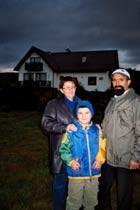 Danuta i Jan Dziubynowie z najmłodszym synem Piotrem na tle gospodarstwa
