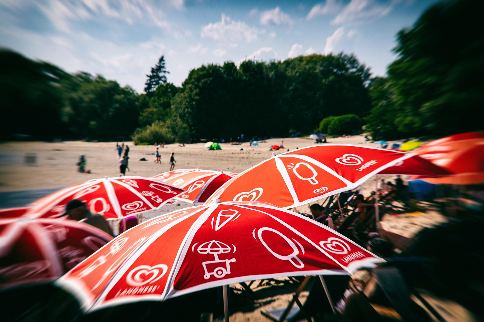 Sonnenschirme am sommerlichen Strandbad