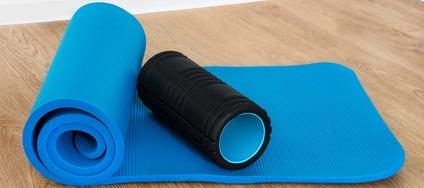 Eine Faszienrolle für die Faszienfitness auf der Yogamatte, Faszien Training