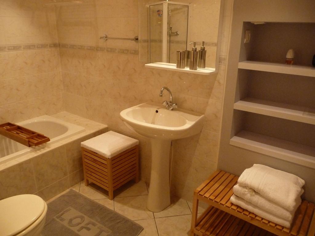 Salle de bain privée avec baignoire
