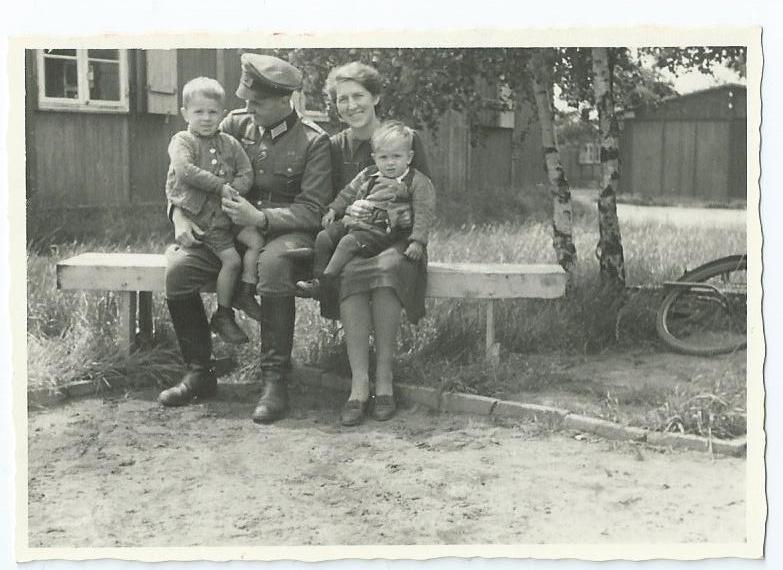 """Auf dem Bild sind meine Eltern, mein Bruder und ich in Wietzendorf zu sehen. Dies schrieb mein Vater auf die Rückseite des Bildes : """"Roland, Poldi und die beiden Buben in Wietzehdorf  Sommer 1944""""."""