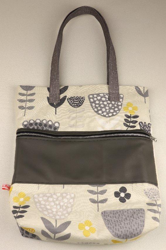 Mit aufgesetzter Tasche