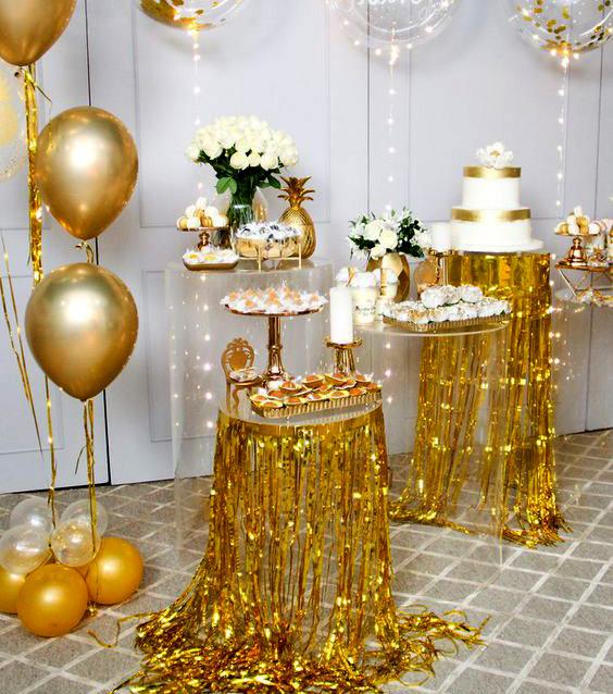 mesa de postres dorada